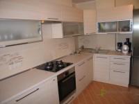 Кухня на заказ с фасадами из МДФ с пленкой ПВХ кокос светлый