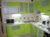 Кухня на заказ с фасадами из МДФ с краской (глянец) салатового цвета