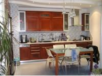 """Кухня - kit_0026 - Линейная современная кухня -студия с деревянными фасадами (ольха), тонированными в цвет """"Яблоня Локарно"""" и с фасадами - алюминиевыми рамками. Продуманный дизайн всех деталей интерьера вызывают ощущение тепла и уюта. Размер кухни 3600х600.<br>Для расчета цены подобной кухни укажите код этой кухни в заявке в графе """"Доп. информация"""" <a class=""""kuhni-foto-link"""" title=""""Расчет кухни онлайн"""" href=""""http://dobrotno.com.ua/zakazat-dizayn-kuhni"""" target=""""_blank""""> Рассчитать кухню</a>"""