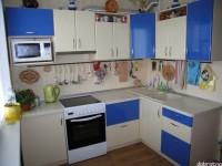 """Кухня - kit_0119 - Угловая уютная и удобная кухонька. Расположение мебели можно применять для стандартных планировок квартиры. Яркое жизнерадостное приятное сочетание цветов синего и кремового цветов. Фасады - МДФ + пластик HPL (постформинг). Размер 1600х2400.<br>Для расчета цены подобной кухни укажите код этой кухни в заявке в графе """"Доп. информация"""" <a class=""""kuhni-foto-link"""" title=""""Расчет кухни онлайн"""" href=""""http://dobrotno.com.ua/zakazat-dizayn-kuhni"""" target=""""_blank""""> Рассчитать кухню</a>"""