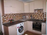 """Кухня - kit_0121 - Удобная угловая кухня для квартиры с типовой планировкой. Фасады кухни - МДФ, покрытая пластиком HPL (технология постформинг). Приятный цвет фасадов - капучино (глянец) придает кухне особенную теплоту. В кухню интегрирована невстраиваемая (отдельно стоящая) стиральная машина. Размер кухни (без холодильника) 1800х2100.<br>Для расчета цены подобной кухни укажите код этой кухни в заявке в графе """"Доп. информация"""" <a class=""""kuhni-foto-link"""" title=""""Расчет кухни онлайн"""" href=""""http://dobrotno.com.ua/zakazat-dizayn-kuhni"""" target=""""_blank""""> Рассчитать кухню</a>"""