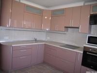 """Кухня - kit_0165 - Комфортная, эргономичная угловая кухня. Фасады выполнены из МДФ, покрашенной глянцевой эмалью с блёстками, цвет какао с молоком двух оттенков, низ темнее, верх светлее. Всё под рукой - карго, выдвижные ящики. СВЧ и духовка на удобной для пользования высоте. Телевизор на кухне на поворотной консоли.<br>Для расчета цены подобной кухни укажите код этой кухни в заявке в графе """"Доп. информация"""" <a class=""""kuhni-foto-link"""" title=""""Расчет кухни онлайн"""" href=""""http://dobrotno.com.ua/zakazat-dizayn-kuhni"""" target=""""_blank""""> Рассчитать кухню</a>"""