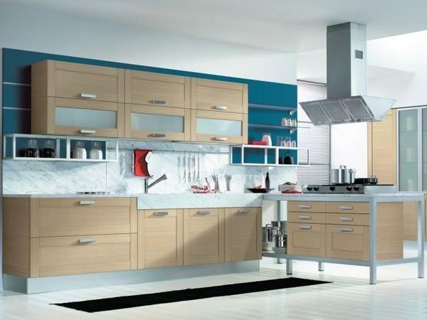 Кухня в современном стиле с деревянными фасадами