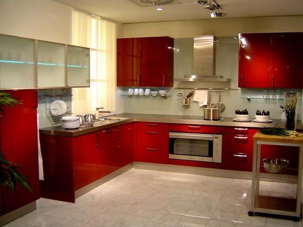 Кухня с крашеными глянцевыми фасадами